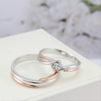 sepasang cincin tunangan