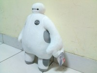 Boneka Baymax dari film Big Hero Six tinggi 40 cm