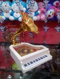 kotak musik piano klasik putih
