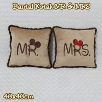 Bantal Kotak Motif MR & MRS Coklat