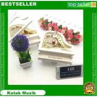 Kotak Musik Piano dengan Penari Perak