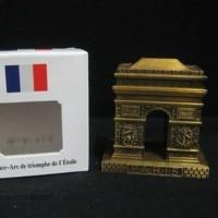Souvenir miniatur Replika Arc de Triomphe oleh oleh Paris Perancis
