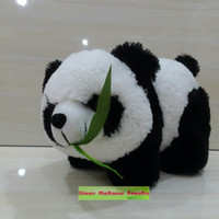 Boneka Anak panda gigit daun bambu sedang merangkak lucuu