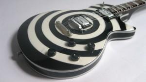 Miniatur Gitar Zakk Wylde White Black BULLSEYE