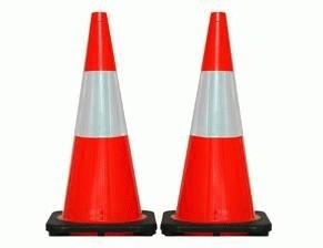 Traffic Cone / Kerucut Jalan / Segitiga Jalan / Pembatas Jalan Rubber / fleksibel / karet 70 cm orange dasar hitam