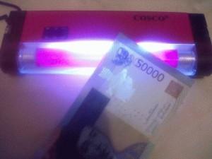 money detector / lampu UV cek uang palsu