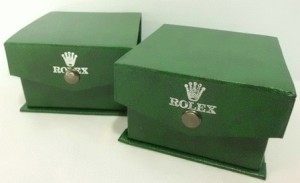 Box jam tangan kancing ber-merk