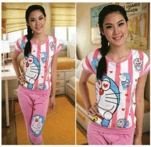 Setelan Celana Selutut Doraemon Pink Salur