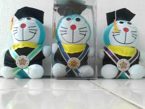 macam-macam boneka doraemon. Boneka Wisuda Doraemon 968f8cd999