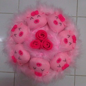 Buket Boneka Piggy Tengah Bunga Pink