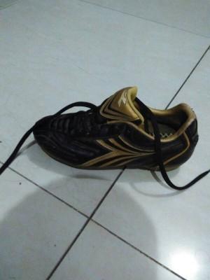 Sepatu  bola diadora