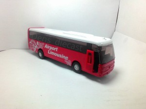 Miniatur bus merah skala 1/64