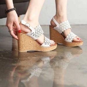 Sepatu Wanita No. 38 Wedges Laser Putih 7 Cm