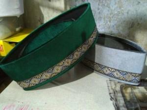 peci songkok hijau dan abu abu rendah emas