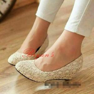 Sepatu Wanita Wedges Cantik Pantopel Brukat Cream