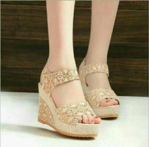 Sepatu Wanita / Sendal Wedges Brukat Tali 8Cm Cream