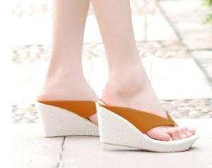 Sepatu Wanita Sendal / / Wedges Jepit Safari 9Cm Tan
