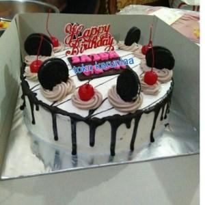 Kue Ulang Tahun Kue Tart Dengan Toping Oreo Dan Cery