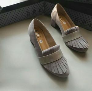 sepatu abu bludru