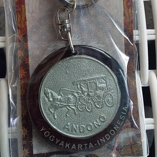 Foto Produk Souvenir Indonesia Gantungan Kunci Kendaraan Tradisional Andhong dari RAFANIA SOUVENIR JOGJA
