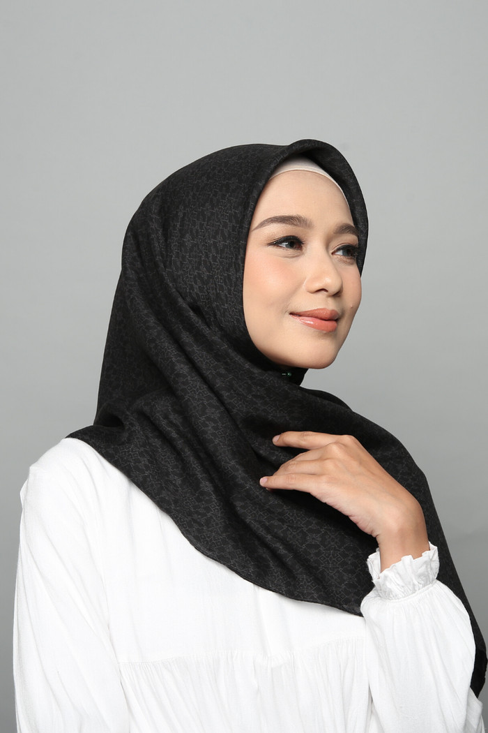 Foto Produk Hijab Wanita Plain Scarf Voal Diario x Nagita Slavina - Pirate Black dari diario