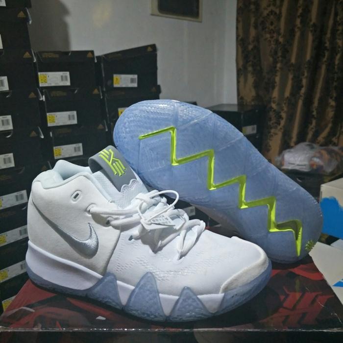 new style e4d37 63b4a Jual Sepatu Basket Nike Kyrie 4 White Volt - DKI Jakarta - thejjsport    Tokopedia