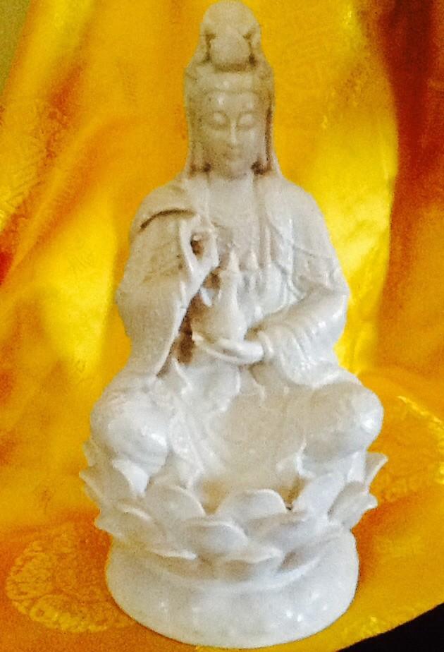 harga Patung dewi kwan im (kuan yin) bersila memegang  kendi diatas lotus 4 Tokopedia.com