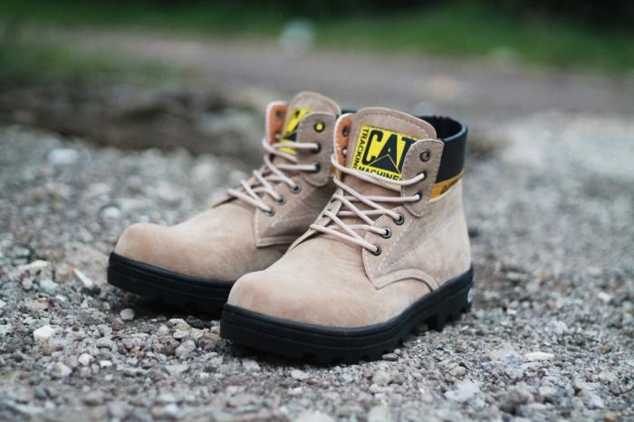 Foto Produk Sepatu CAT Safty Boots Gray Suede Leather - 40 dari D-island Shoes