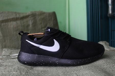 Nike Chaussures Course Prix Roshe Dans Une Station De Sports Tangerang