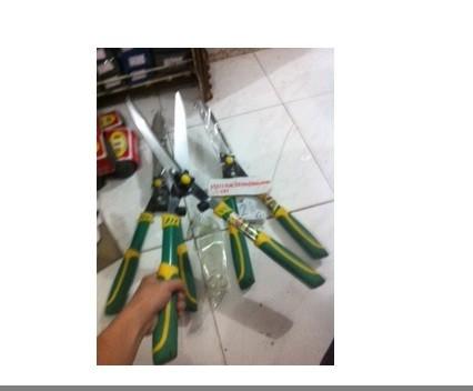 harga Gunting rumput panjang gagang plastik campur karet kuat + nyaman 60cm Tokopedia.com