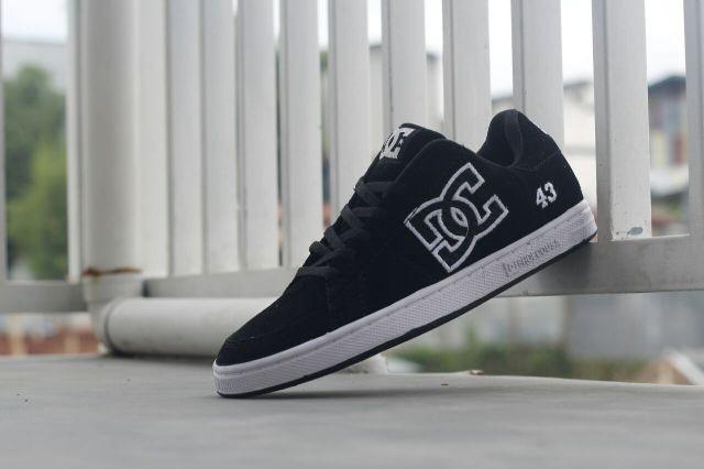 Sepatu casual dc skater original premium black white 8a38fae592
