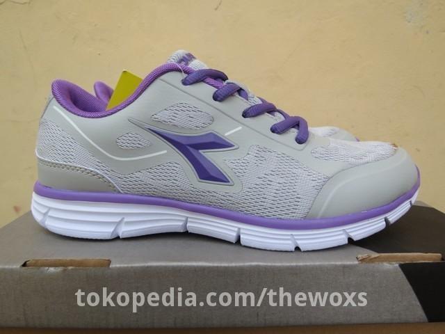 Jual Sepatu Running Wanita Original Diadora Arezzo Warna Abu   Ungu ... 19efb5da97