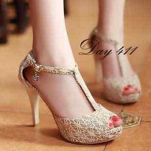 Foto Produk Sepatu Wanita Murah - High Heels T-Strap Brukat Krem NFZ dari Nayya & Fiza Store