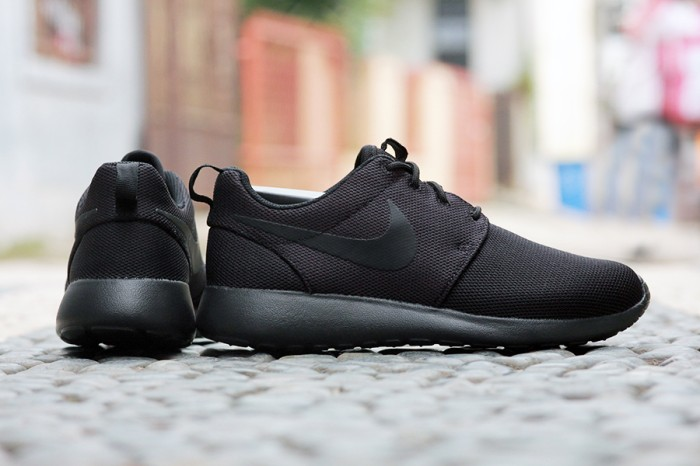 1bc3da49ab499 Nike Roshe Run One Triple Black Original . ...