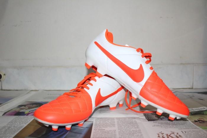 new product 32e4b 47401 Sepatu Sepak Bola Nike Tiempo Legend V White-Orange