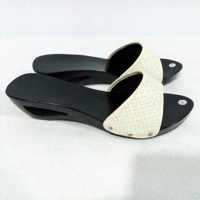 harga Ipi 11 sandal kelom polos hitam sandal wedges sandal slop kelom geulis Tokopedia.com