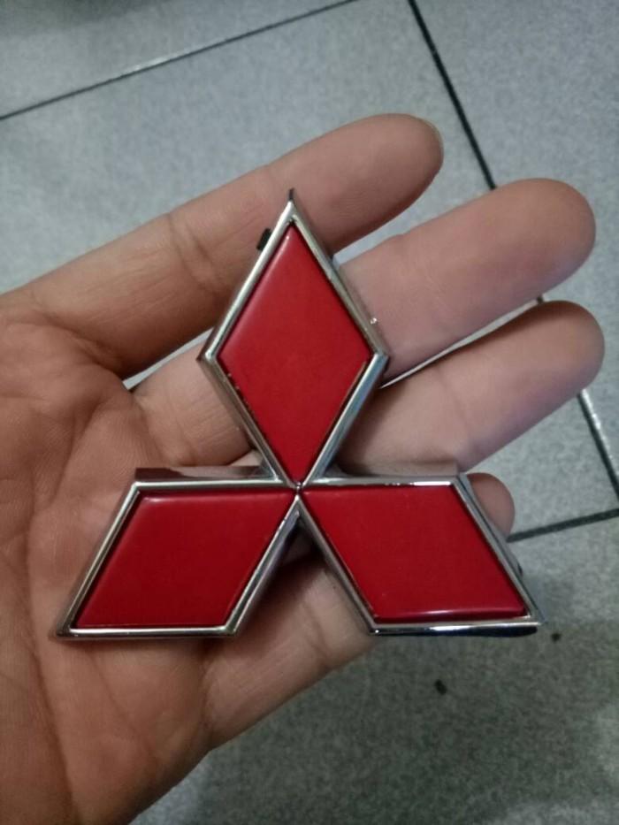 Emblem mitsubishi merah logo tiga berlian merah