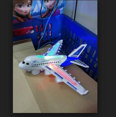 mainan pesawat terbang garuda indonesia ada suara/musik/lampu .