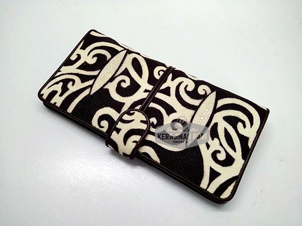 harga Dompet wanita kancing kulit ikan pari batik kalimantan coklat Tokopedia.com