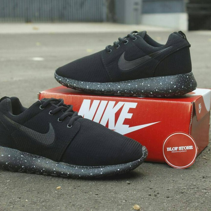 193c70874840c ... clearance sepatu running nike roshe run full black bintik 7da8e 3466a
