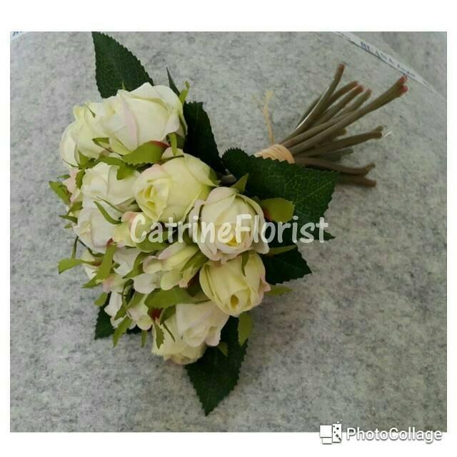 ruang tamu meja makan dimasukkan ornamen bunga bunga buatan. Source · 144Pcs . Source ·