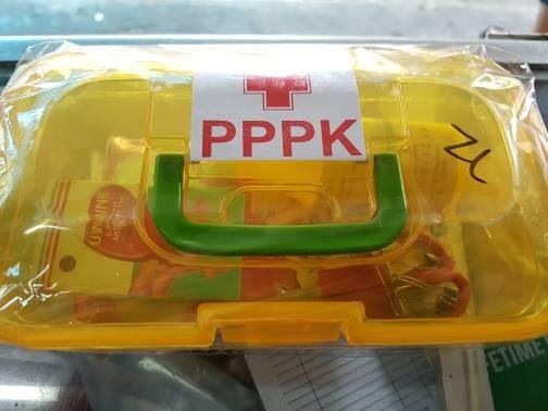 Kotak p3k pertolongan darurat lengkap .