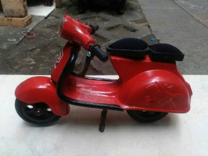 harga Termurah miniatur motor vespa warna merah bahan besi - souvenir jogja Tokopedia.com