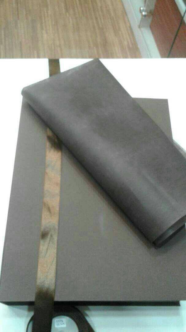 Kotak kado gift box paket. pita dan tissue paper