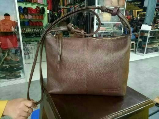Jual TAS SELEMPANG WANITA KULIT SAPI ASLI MODEL PREMIUM SLING BAG ... b6229adee9