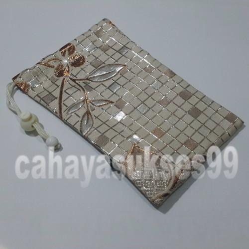 harga Sarung Kantong Kain Coklat Susu Motif Kotak Kembang Silver 20cm X 13cm Tokopedia.com