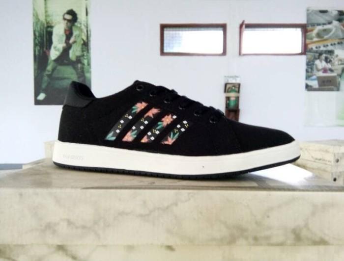 Jual Sepatu Tomkins Sonia Black White - Hitam 3387e6ef25