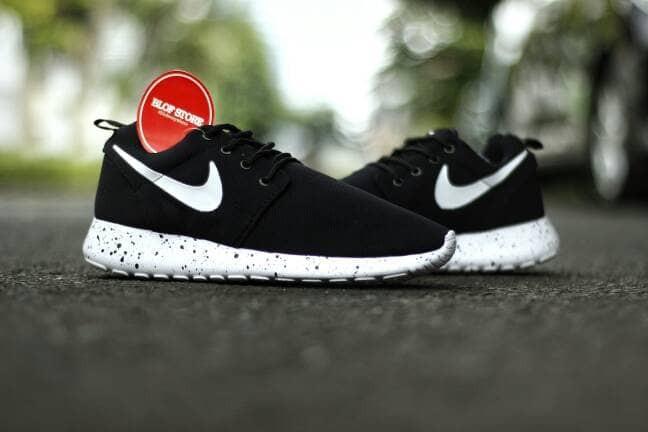 harga Sepatu running nike roshe run hitam putih oreo Tokopedia.com