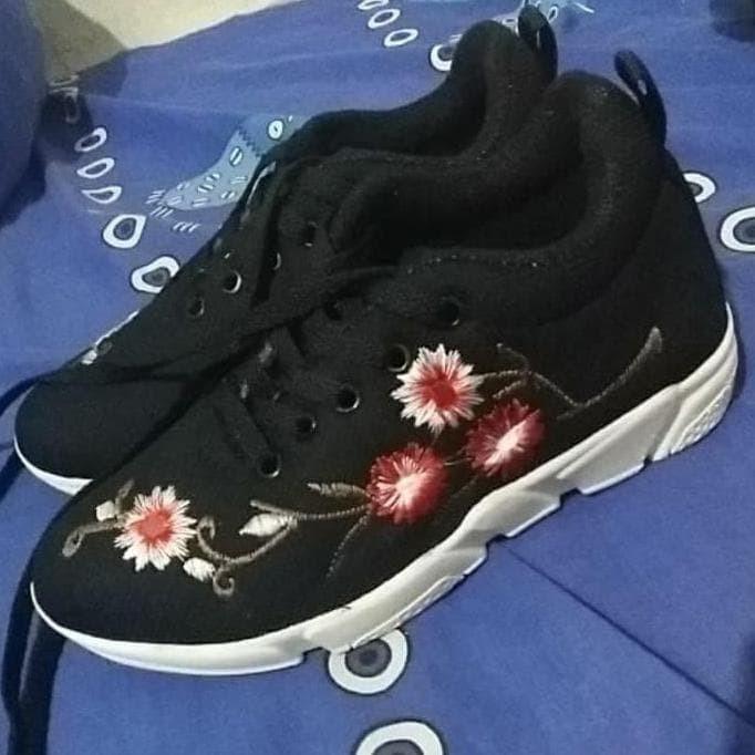 Sepatu Wanita Sneakers Bunga Hitam - Daftar Harga Terupdate Indonesia a29c188118
