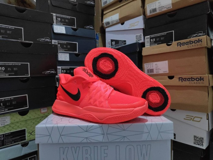 sneakers for cheap 9283e 2c177 Jual Sepatu Basket Kyrie 4 Low Solar Red Black Merah Hitam - Kota Batam -  Elite Basketball Store | Tokopedia